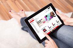 Mediamarkt verkauft jetzt Sextoys: Frau mit Tablet