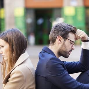 Geheimnisse, die Männer vor uns haben: Paar sitzt Rücken an Rücken