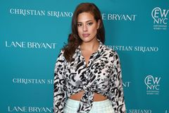 Ashley Graham mit geknoteter Leo-Bluse und Rock