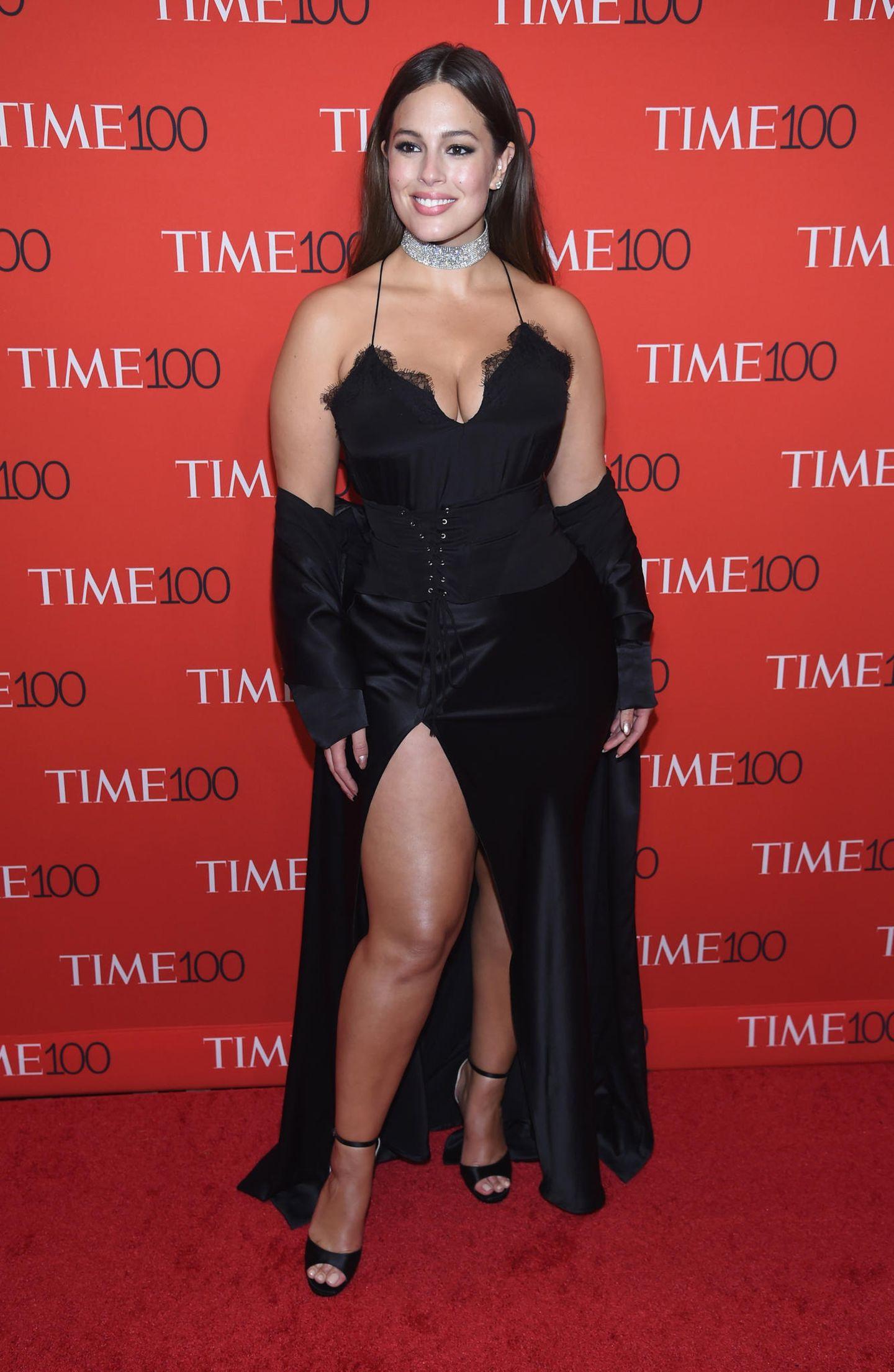 Ashley Graham in einem schwarzen Satin-Trägerkleid