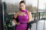Ashley Graham in einem Bandeau-Kleid