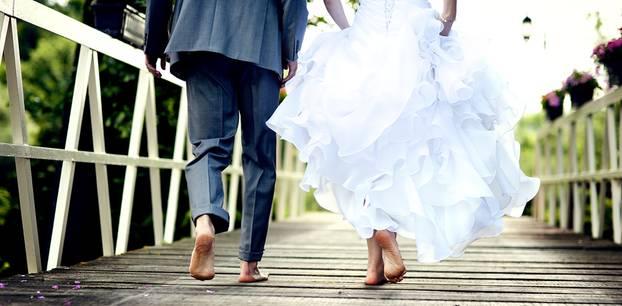 Was ändert sich nach der Hochzeit: Brautpaar geht barfuß