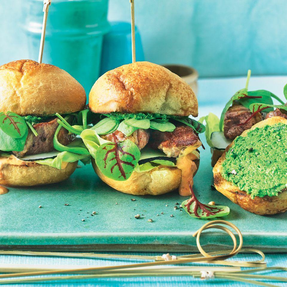 Kleine Frühlings-Burger mit Bärlauchbutter
