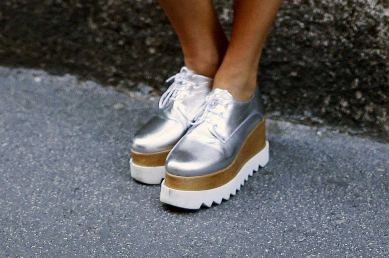 Die neuen Schuhe mit Plateausohle sind Trend