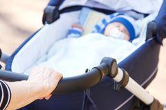 Überfall auf junge Mutter - vier Männer greifen Baby an!