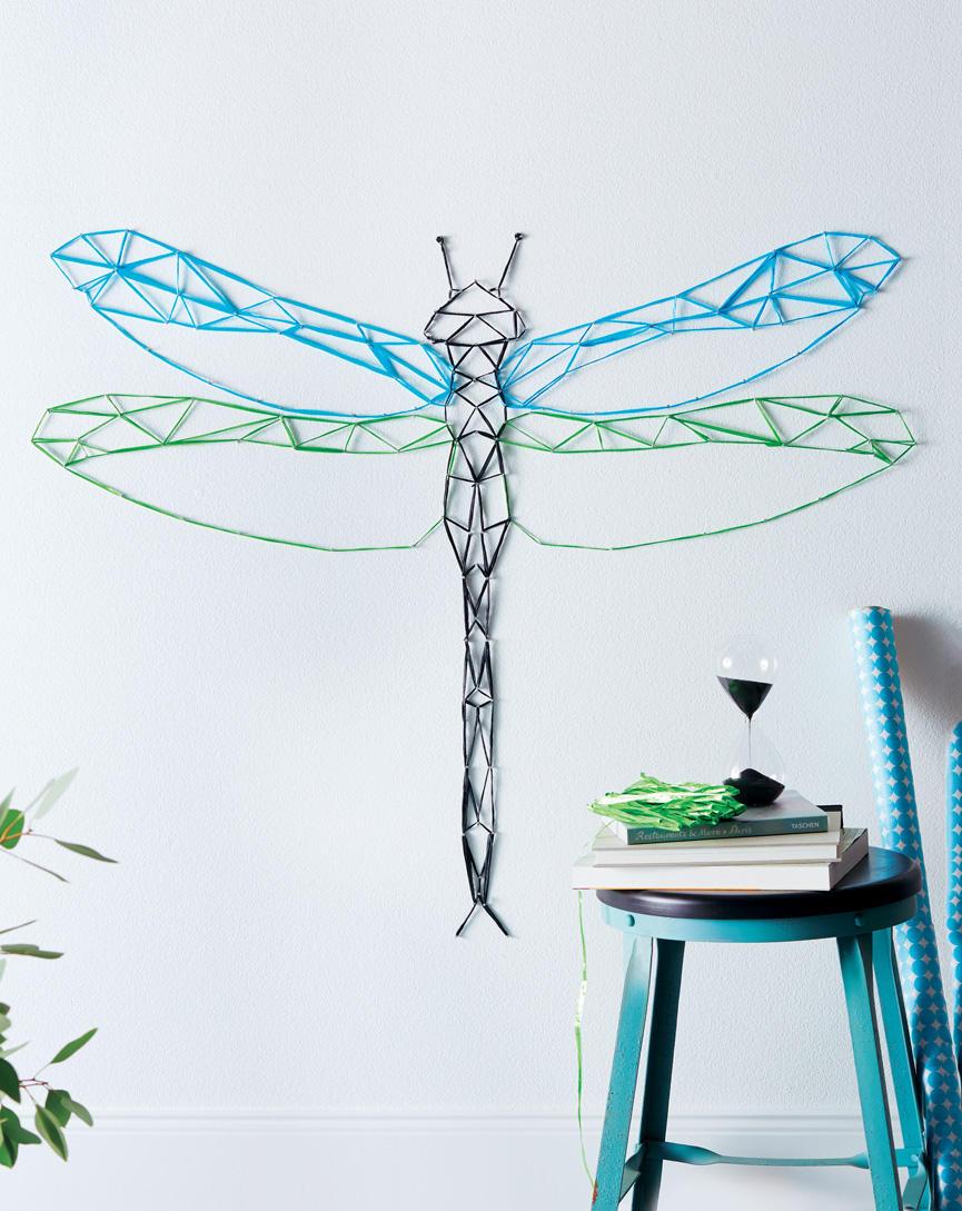 Nägel, Bast, ein wenig Geduld und schon setzt sich das filigrane Flügeltier hübsch an die Wand.Hier gehts zur Anleitung.  Hocker und Sanduhr von Car Möbel.