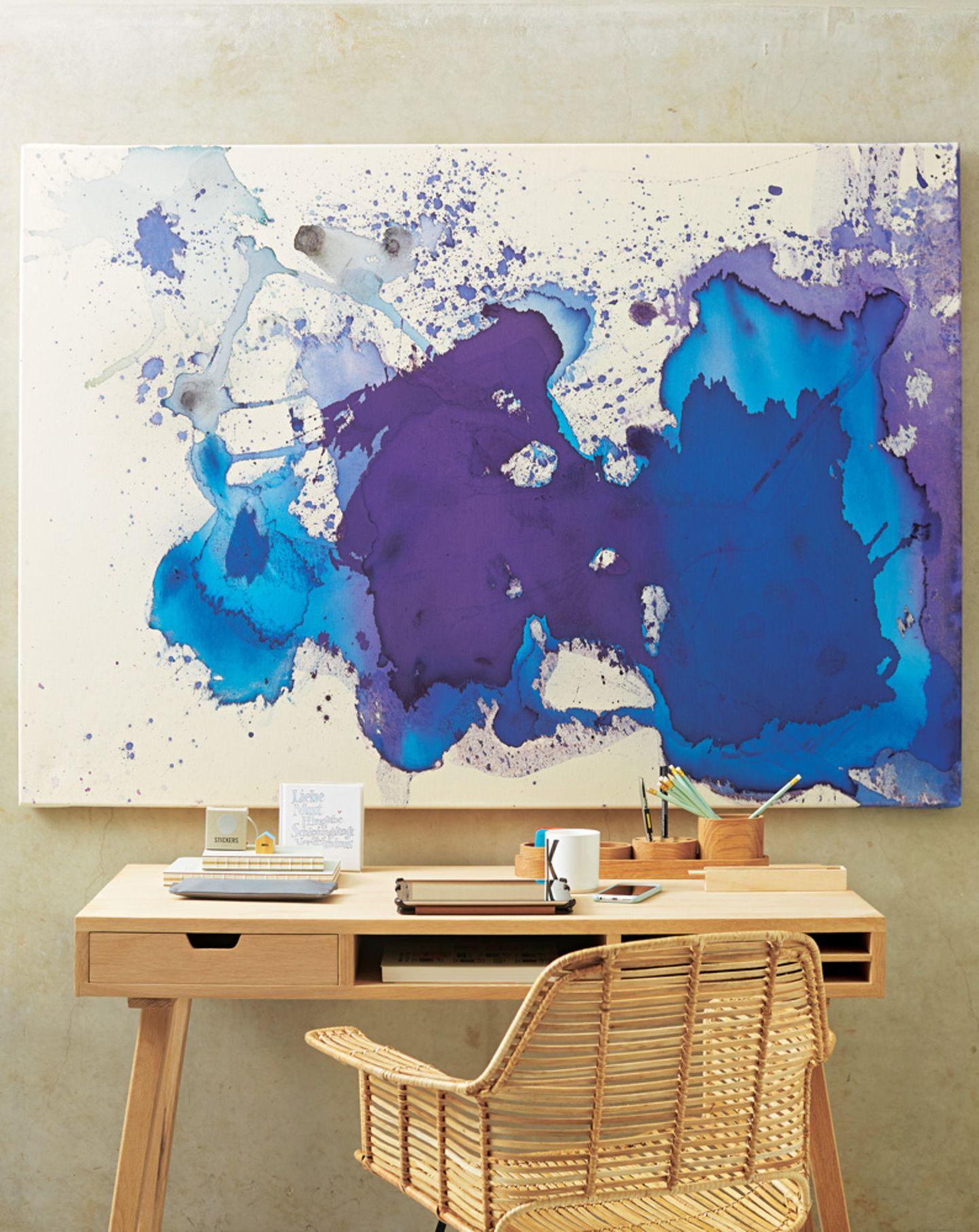 Klecksografie ist Trend und ganz einfach nachzumachen: Die Flächen in Blautönen entstehen beim Auftauen farbiger Eiswürfel.Hier gehts zur Anleitung.  Sekretär und Stuhl von Car Möbel,Federtasche von House Doctor,Becher von Design Letters.