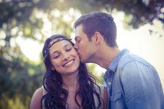 2-2-2-Regel: Mann küsst Frau auf Wange