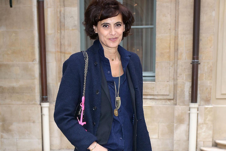 Inès de la Fressange in einer einfarbigen Kombi aus Blazer und gemusterter Hose