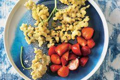 Nach dem Teigbad werden die Dolden frittiert und zu filigraner Soulfood-Kunst