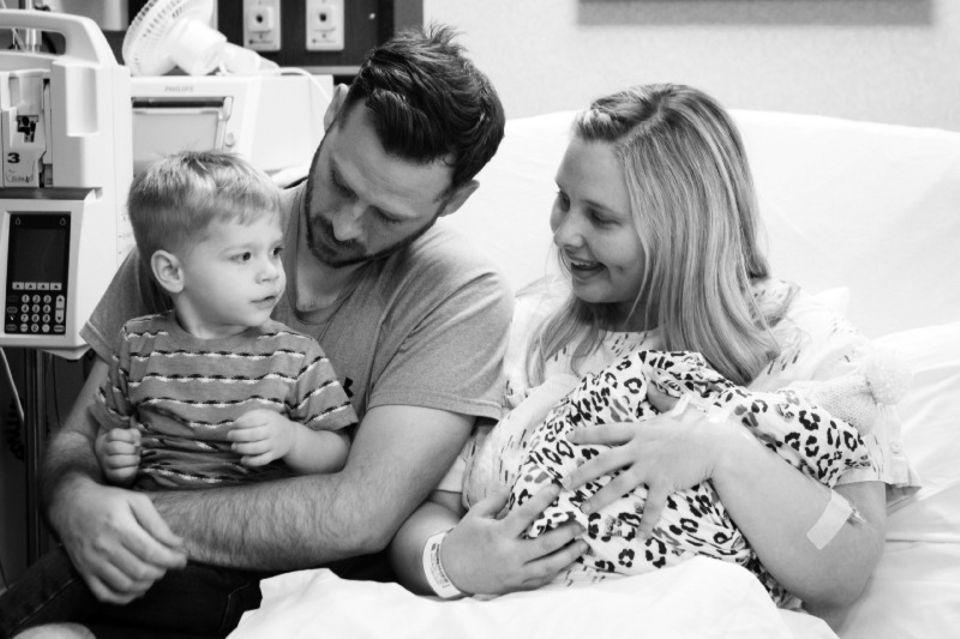 Unglaublich bewegendes Foto: Eltern weinen um ihr totes Baby