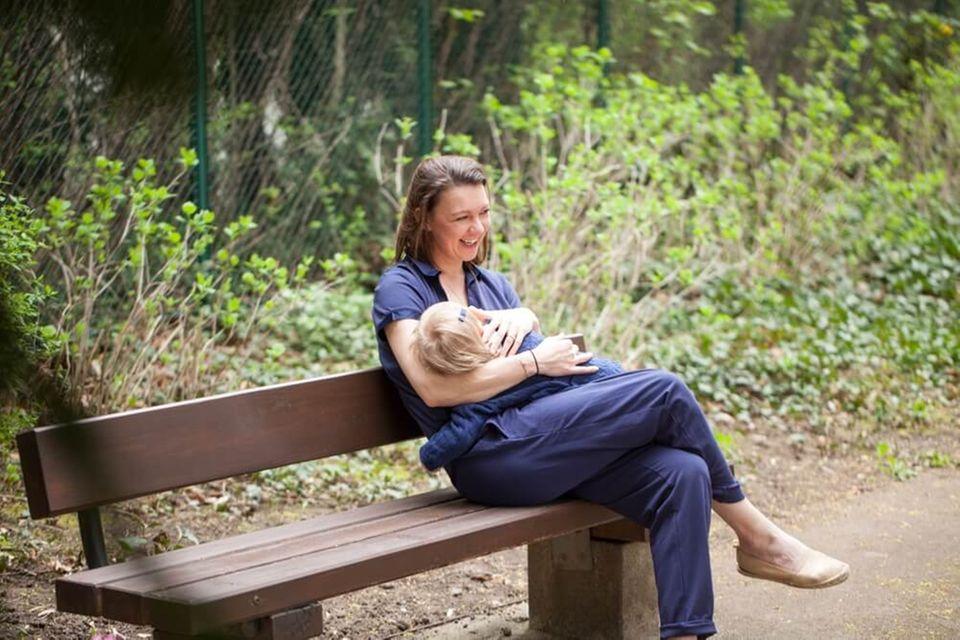 Unverhoffte Langzeitstillerin: Daniela Gaigg, Bloggerin von DiekleineBotin.at, mit ihrer Tochter.