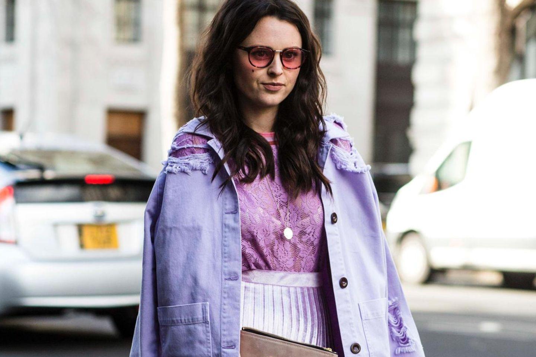 Streetstyle mit lilafarbener Jeansjacke