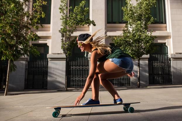 Frau fährt Skateboard