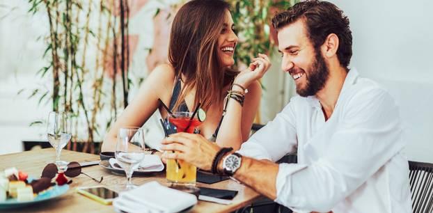 Fragen beim Date: Paar unterhält sich