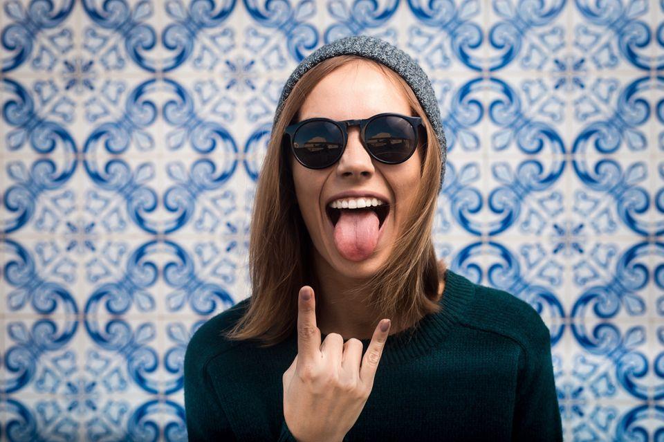Richtig diskutieren: Freche Frau mit Sonnenbrille