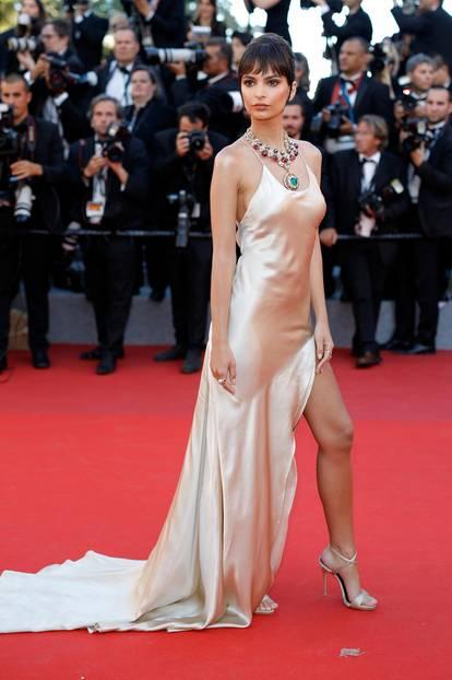 Emily Ratajkowski in einem Seidenkleid in Cannes 2017