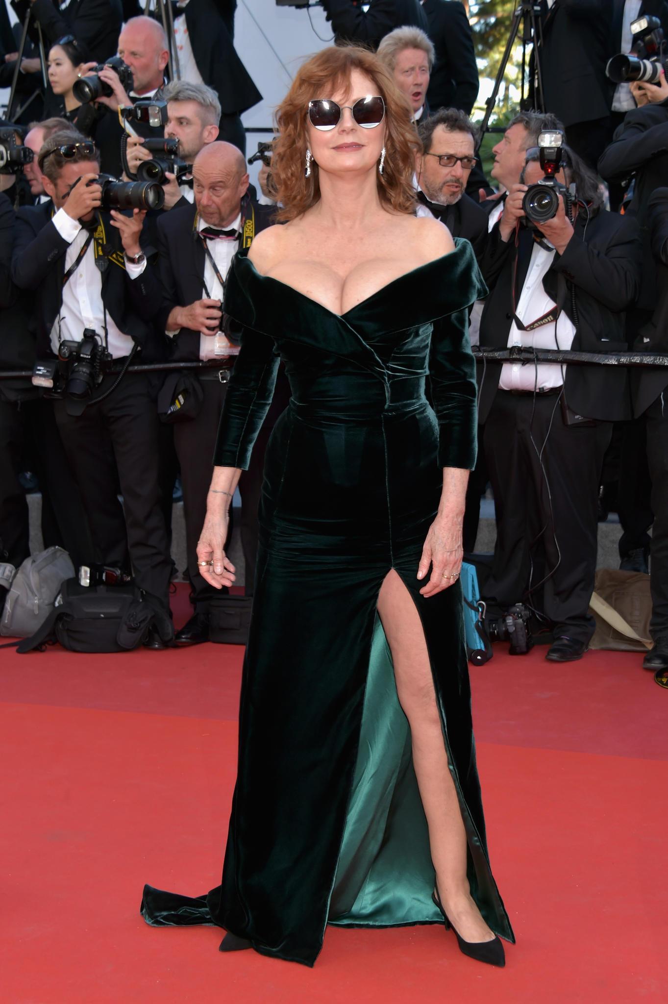 Susan Sarandon in einer Samtrobe in Cannes