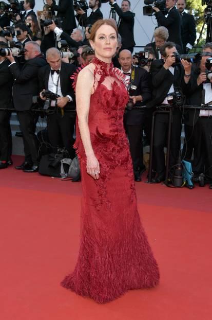 Julianne Moore in einem Federkleid in Cannes