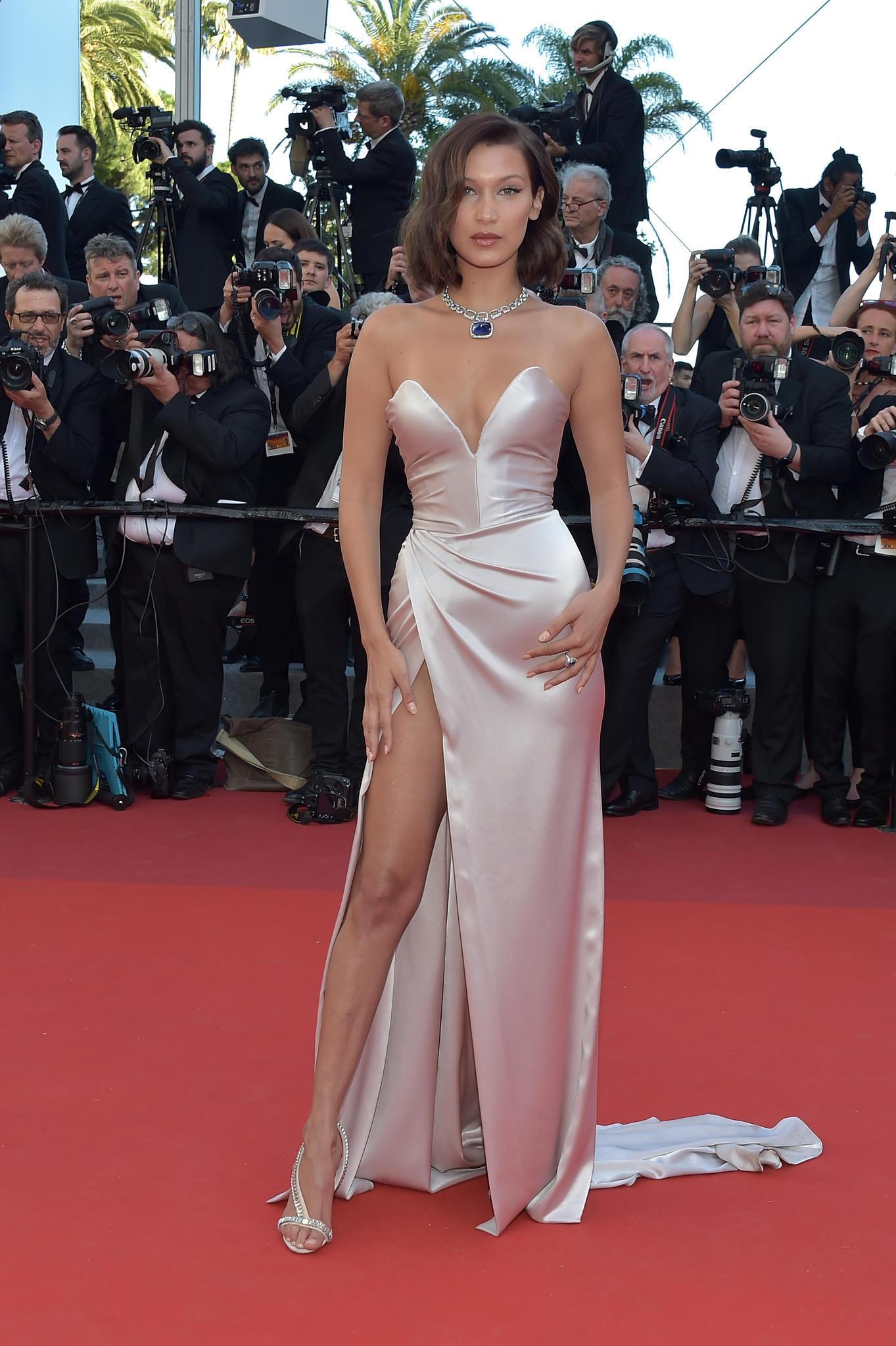 Bella Hadid in einem nudefarbenen Satinkleid in Cannes