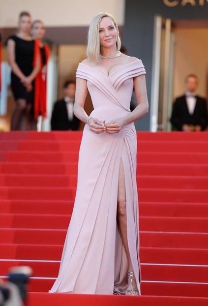 Uma Thurman in einer rosafarbenen Robe in Cannes