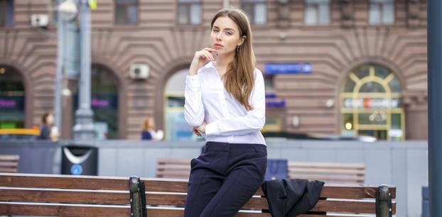Outfit mit Bluse und Blazer zum Bewerbungsgespräch