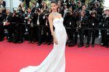 Adriana Lima in einem trägerlosen Kleid in Cannes 2017