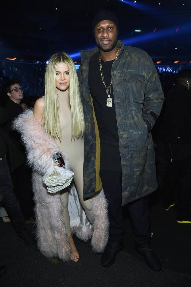 Khloé Kardashian trägt eine nudefarbene Leggings