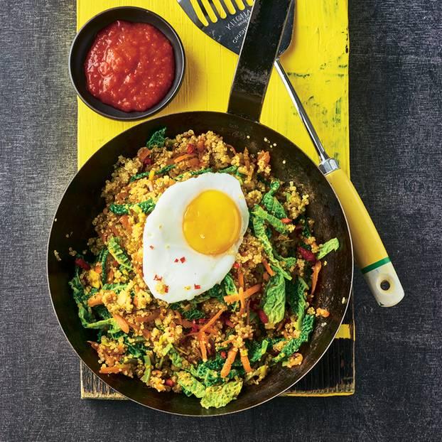 Quinoa-Pfanne mit Wirsing und Spiegelei
