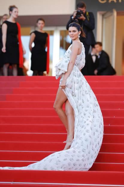 Kendall Jenner in einem luftigen Kleid in Cannes 2017