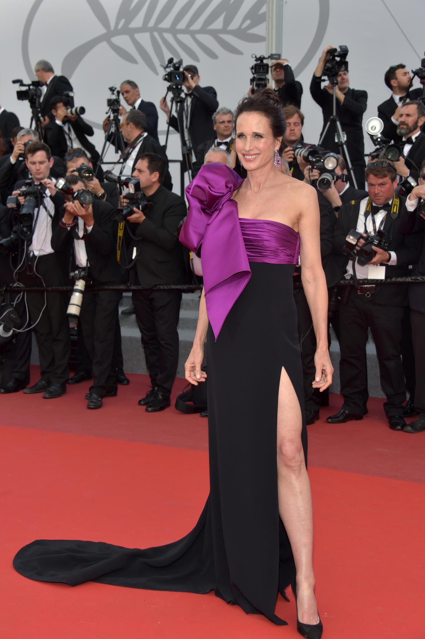 Andie MacDowell in einem asymetrischen Kleid in Cannes 2017