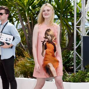 Elle Fanning in einem ausgestellten Minikleid in Cannes 2017