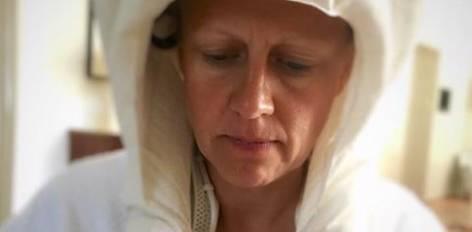 Barbara Schöneberger unter der Haube! Die 43-Jährige beweist wieder einmal, wie herrlich uneitel sie sein kann, und zeigt sich ungeschminkt und mit Trockenhaube auf ihrem Instagram-Kanal.