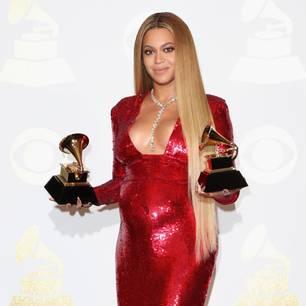Beyoncé in einem roten Paillettenkleid bei den Grammys