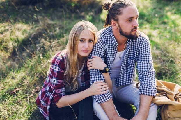 Streit beenden: Paar auf Wiese
