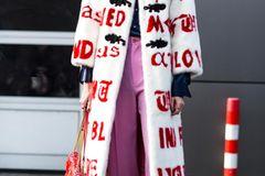 Ugly Fashion - Pelzmantel mit Buchstaben zu pinker Culotte