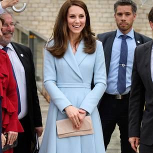 Kate Middleton zeigt ihren klassischen Stil in einem hellblauen Kostüm
