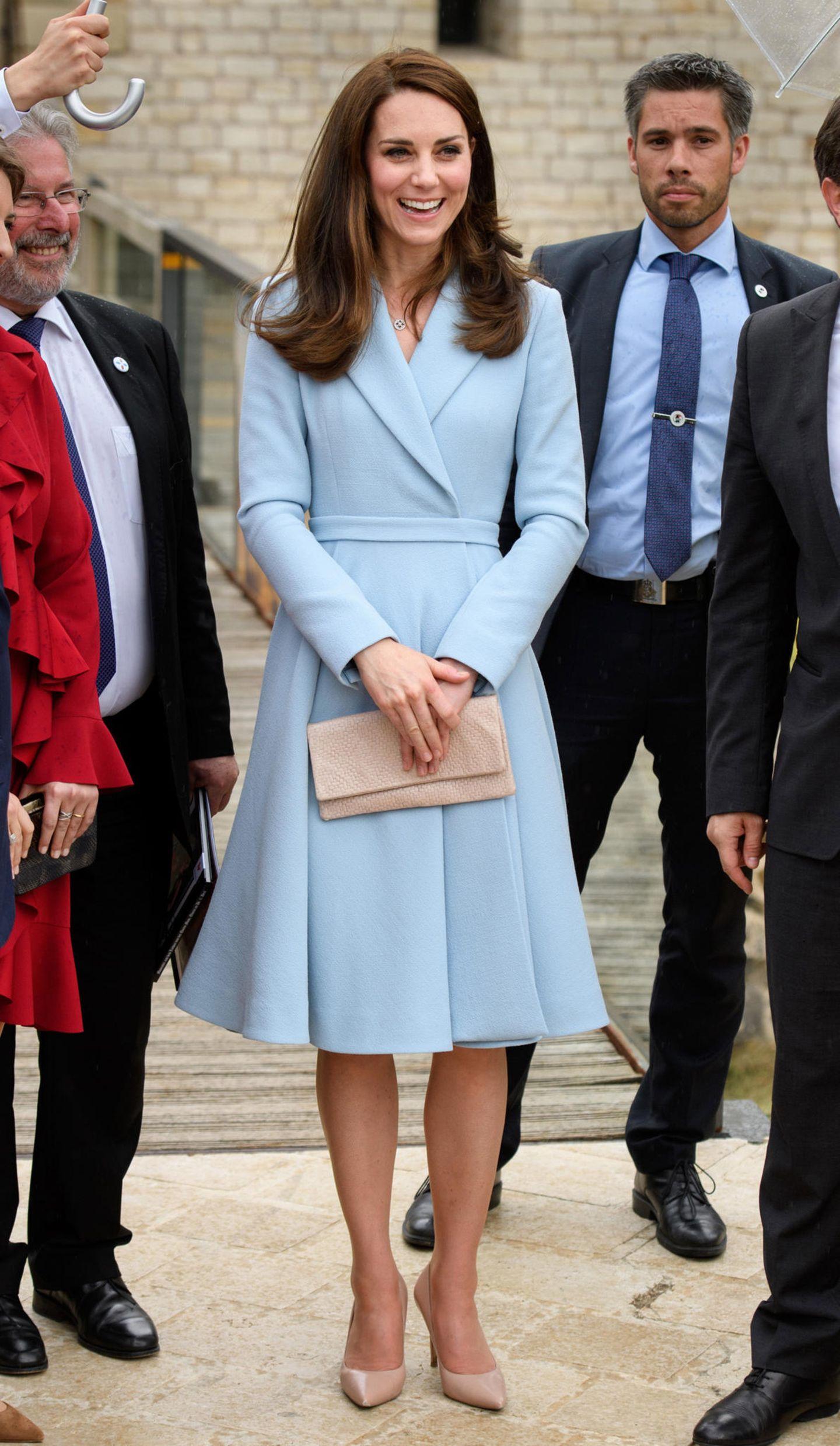Kate Middleton in einem hellblauen Kostüm