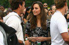 Kate Middleton in einem gemusterten Oberteil zur schwarzen Hose
