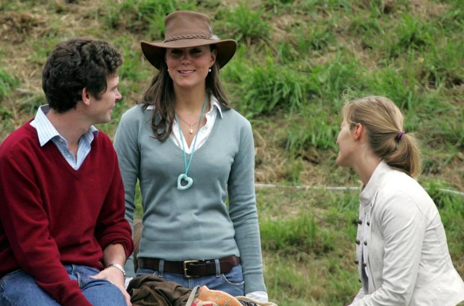 Kate Middleton in einem lindgrünen Pullover und Cowboyhut im Jahr 2005