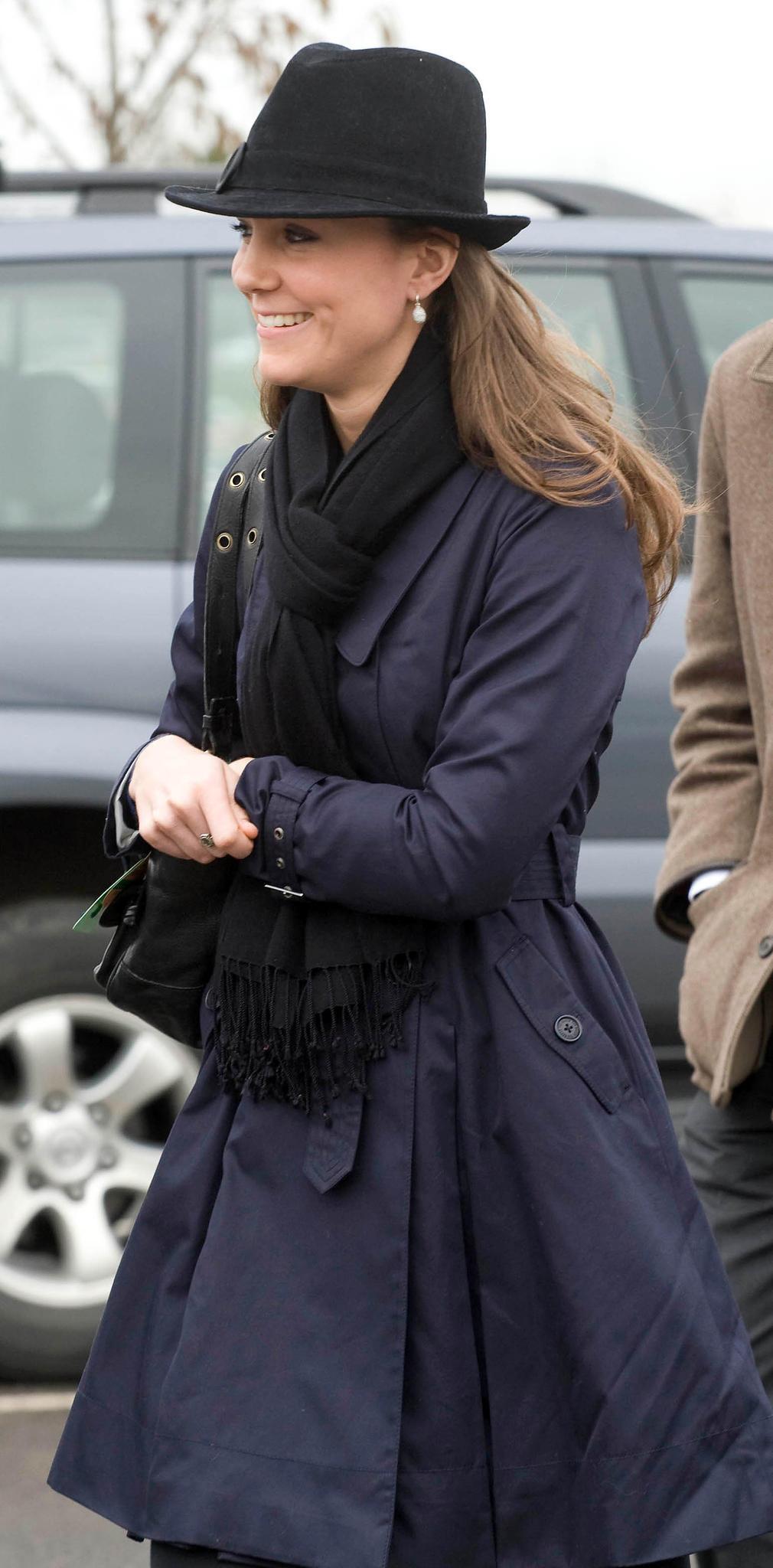 Kate Middleton mit Trenchcoat und Hut im Jahr 2008