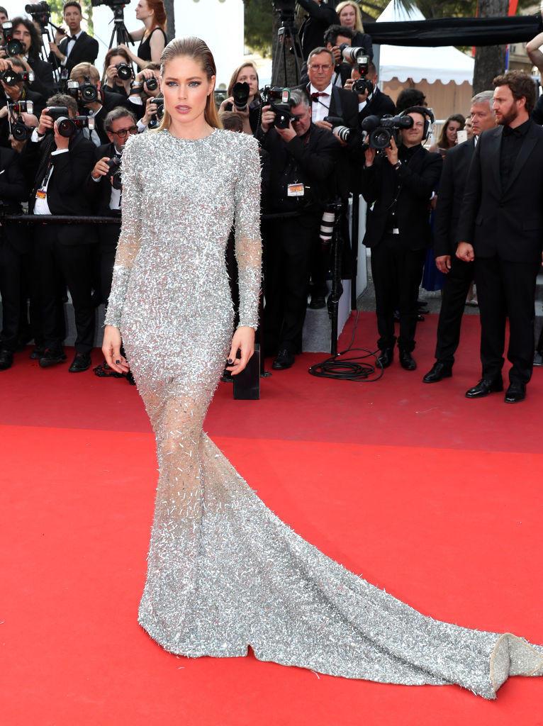 Doutzen Kroes in einem silbernen Kleid mit Schleppe in Cannes 2017