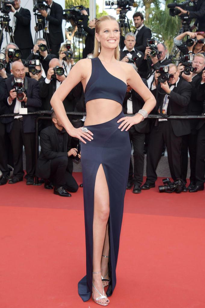 Toni Garrn in einem dunkelblauen Cut-Out-Kleid in Cannes 2017