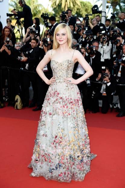 Elle Fanning in einem Blütentraumkleid in Cannes 2017