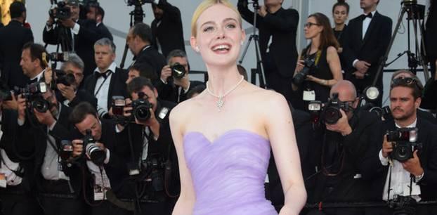 Elle Fanning in einem fliederfarbenen Ballkleid in Cannes 2017