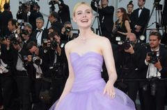 Elle Fanning in einem fliederfarbenen Ballkleid in Cannes 2017