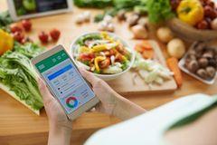 Kalorientabelle: Frau hält Handy in der Hand