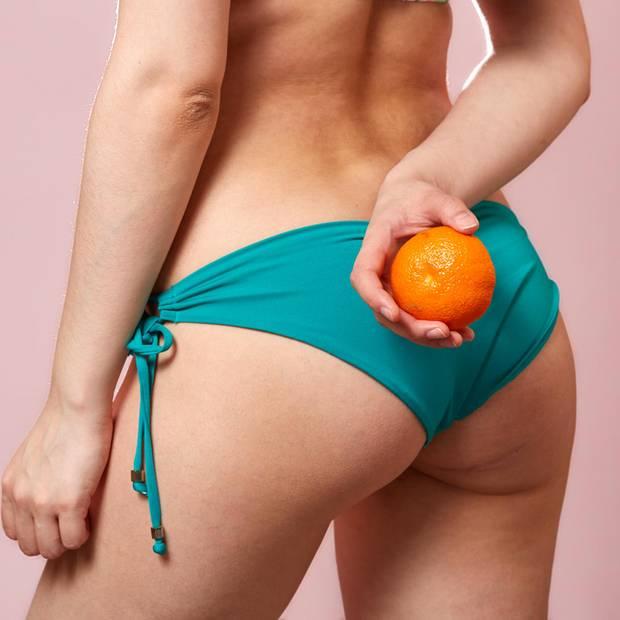 Frau mit Cellulite vor dem Spiegel
