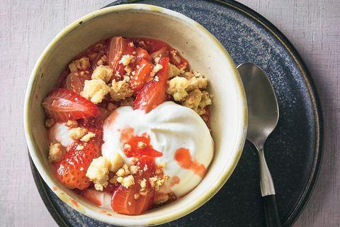 Geröstete Erdbeeren mit Streuseln und Joghurt
