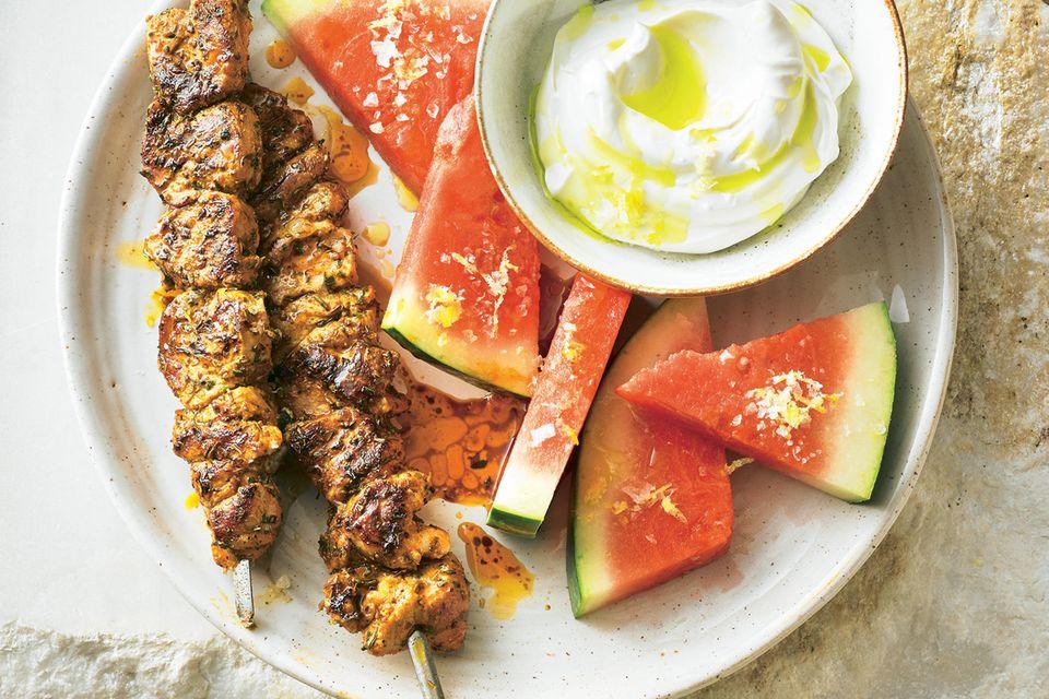 Schweinespieße mit Wassermelone